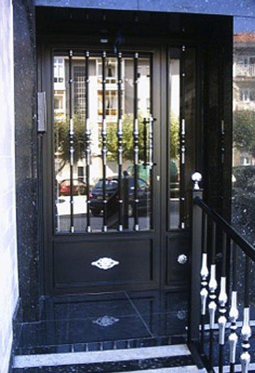 Puerta de portal barrotes