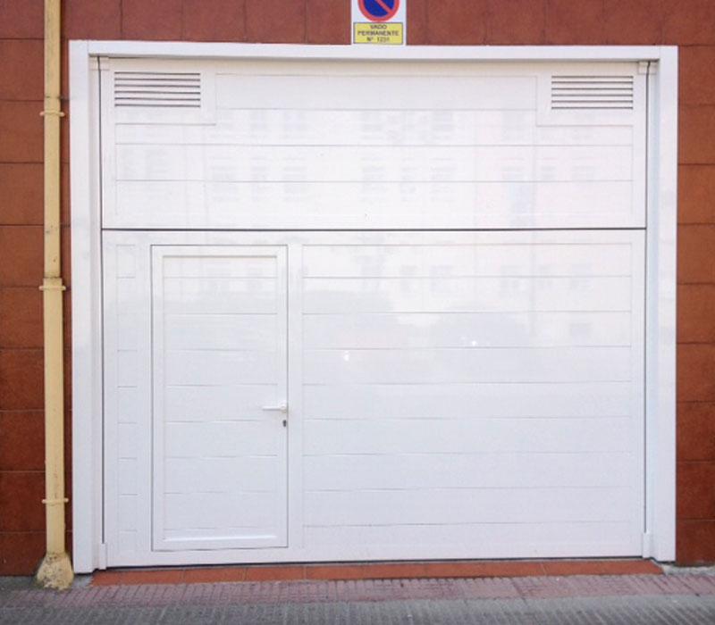 Portones de garaje blanco con puerta integrada