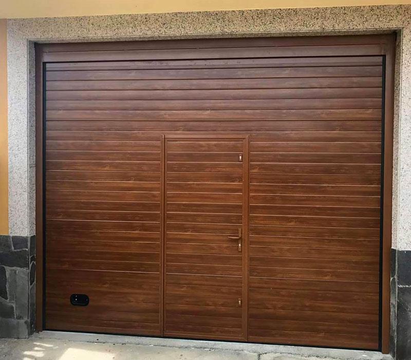 Portones de garaje marrón con puerta integrada