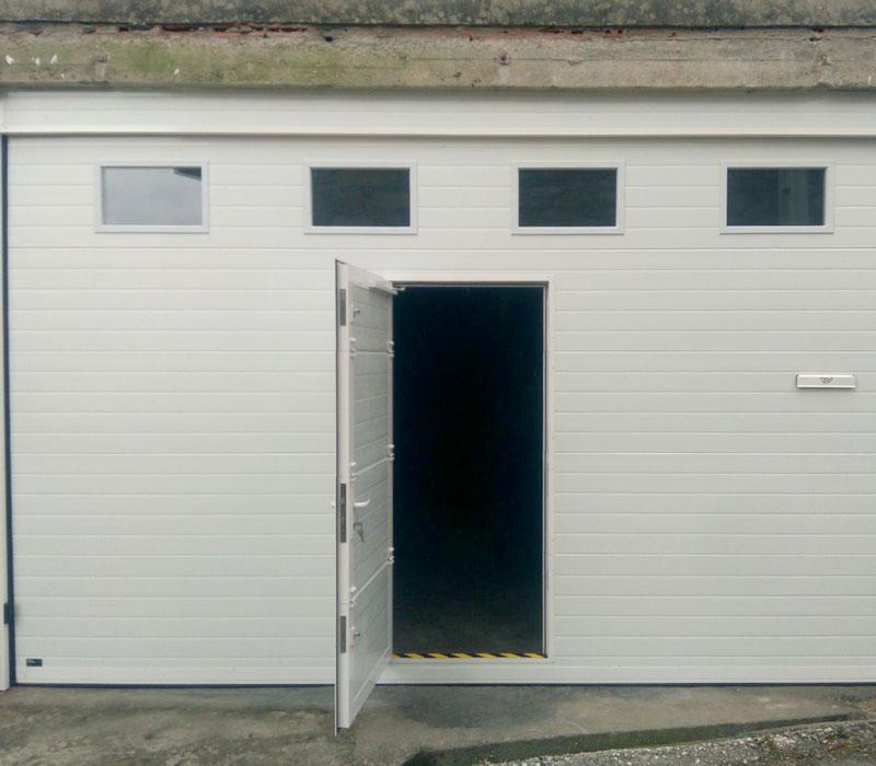 Portones de garaje con puerta integrada y ventanas