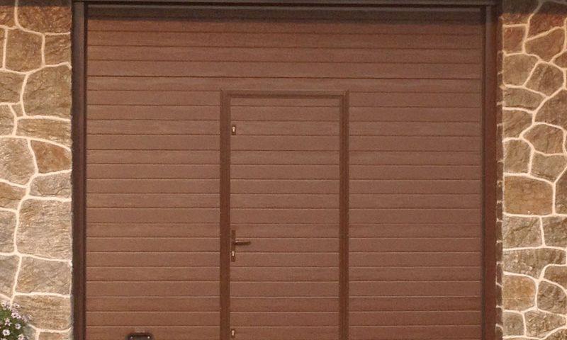 Portón de garaje con puerta integrada