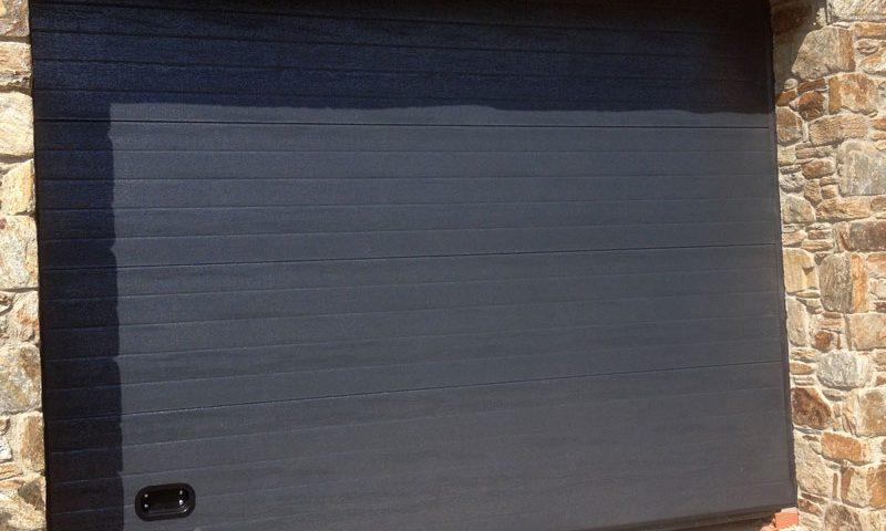 Portón de garaje negro