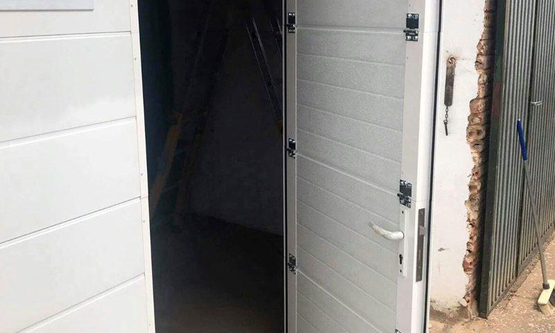 Portones de garaje puerta integrada